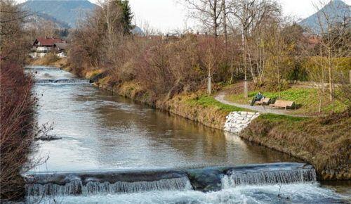 Die eine Seite: Entspannung an der Uferpromenade am dahingluckernden Kieferbach.