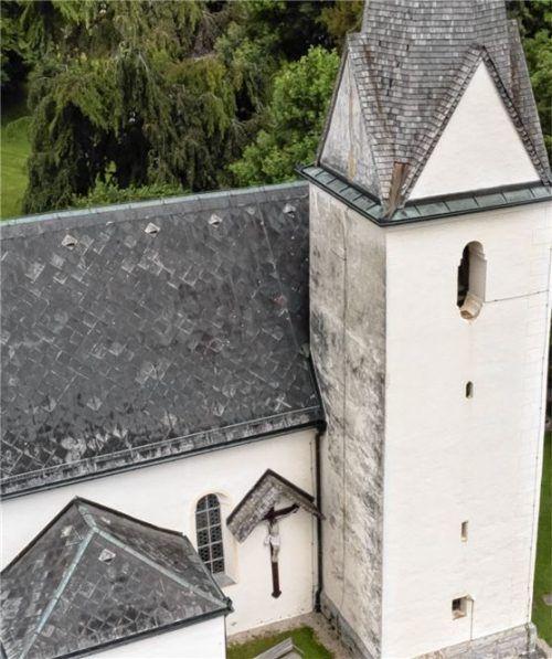 Die Filialkirche St. Peter und Paul in Gstadt gehört zu den ältesten Kirchen im Chiemgau. Nun muss die Haube auf dem Turm saniert werden. Foto Berger