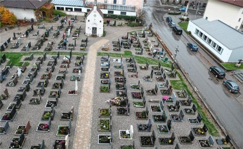 Die Friedhofsrenovierung brachte breitere Wege und einen barrierefreien Zugang zur Laurentiuskirche. Foto  Wagner