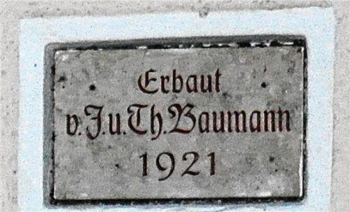 Die Inschriftentafel im Giebelfeld wurde vor einigen Jahrzehnten neu angebracht, weil die aufgemalte Schrift auf der Mauer immer schnell verwitterte.