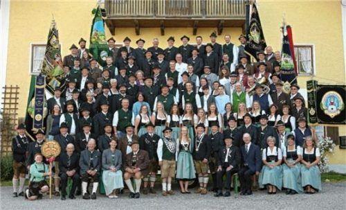 Die Jubilare und ihre Gäste: Vertreter befreundeter Schützenvereine aus der Region nahmen an der Jubiläumsfeier teil. Foto  Böld