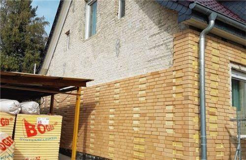 Die Kombination aus Tonklinkerriemchen und Polyurethan-Hartschaum dämmt die Fassade.Foto jd/Böger Systemklinke