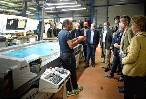 Die Lederverarbeitung ist in Graulhet seit dem 17. Jahrhundert Tradition. Bei der Besichtigung seines Werkes erklärt Phillip Serres (links) der Priener Delegation den Produktionsablauf.Foto re