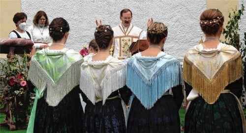 Die Miederdirndl im seidenen Mieder mit Fransentuch und Kranzerl sorgten beim Laurenzifest in Wiechs für ein würdevolles Bild. Fotos  Strim