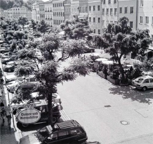 Die Parksituation in der Ledererzeile vor der Neugestaltung vor 25 Jahren: Unser Bild aus dem Jahr 1994 zeigt die Dominanz der Autos in der Straße.Foto Rieger