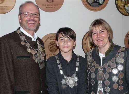Die Schnaitseer Könige (von links) Christian Sewald, Alexander Gehret und Christine Prexl. Foto Unterforsthuber
