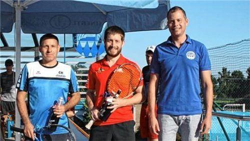 Die Sieger des Schleiferlturniers (von links) Gerhard Hartinger und Martin Ziel mit dem Abteilungsleiter Martin Eder-März. Foto RE