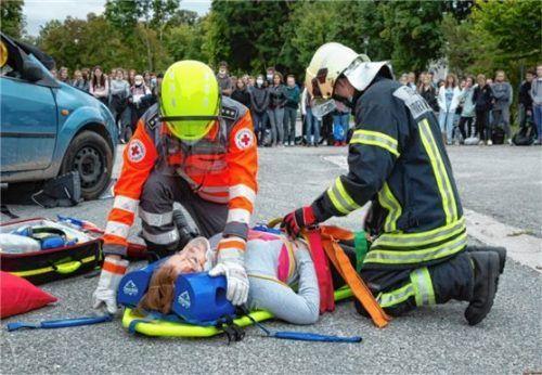 """Die """"verletzte Person"""" wird von Rettungssanitätern medizinisch erstversorgt."""