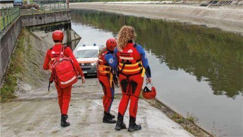 Die Wasserwacht aus Waldkraiburg zog die leblose Person ans Ufer. Foto fib/KS