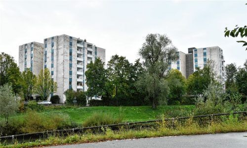 Die Wohntürme in der Innsbrucker Straße sind in die Jahre gekommen. Die 440 Mieter treibt die Sorge um, dass der Eigentümer die Türme teuer sanieren lässt und anschließend höhere Mieten verlangt.Foto  Schlecker