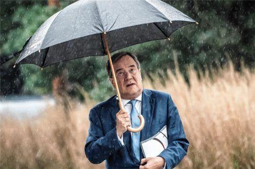 Die Zahl seiner Unterstützer auch in der eigenen Partei sinkt: Armin Laschet, CDU-Bundesvorsitzender und Ministerpräsident von Nordrhein-Westfalen, auf dem Weg zu Sondierungsgesprächen zwischen der CDU und Bündnis 90/Die Grünen. Foto  dpa