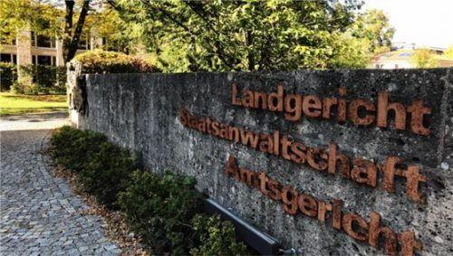 Drei mutmaßliche Bandenmitglieder, die Flüchtlinge nach Deutschland eingeschleust haben sollen, müssen sich derzeit in Traunstein vor Gericht verantworten. Foto Weinzierl