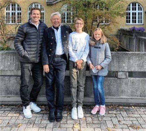 Drei Schülergenerationen am Luitpold-Gymnasium Wasserburg aus einer Familie: Wolfgang Klautzsch war hier von 1952 bis 1961 Schüler und von 1977 bis 2002 Lehrer für Chemie, Biologie und Erdkunde. Zum Jubiläums-Treffen brachte er auch seinen Sohn Marcel (Abiturjahrgang 1996) und seine beiden Enkelkinder Moritz (7. Klasse) und Elisa (5. Klasse) mit. Foto Klautzsch