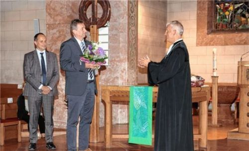 Ehrung für 40 Jahre Tätigkeit in der Diakonie (von links): Andreas Karau (Vorstand), Kurt Schmoll, Dekan Peter Bertram. Foto  re