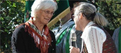 Ehrung für die Organistin: Betty Binsteiner (links) wurde feierlich von Pfarrgemeinderatsvorsitzender Claudia Kropf verabschiedet.Foto Grundner