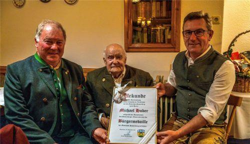 """Eine besondere Ehre wurde Michael Huber (Mitte) an seinem 90. Geburtstag zuteil. Die beiden Bürgermeister Georg Huber (rechts) und Christoph Heibler (links) überreichten dem """"Schuster Michi"""" die Bürgermedaille der Gemeinde Samerberg.Foto Nitzsche"""