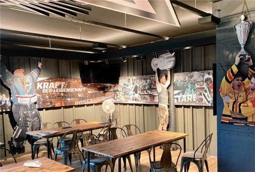 Eine Ecke in der neugestalteten Starbulls-VIP-Lounge,die mit vielen Bildern von großartigen Rosenheimer Eishockeyspielern aufgewertet wurde.