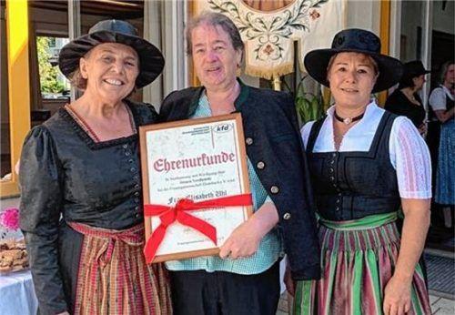 Elisabeth Uhl (Mitte) wurde anlässlich der 100-Jahr-Feier zur Ehrenvorsitzenden ernannt. Die Urkunde überreichten ihr die Erste Vorsitzende Martha Deininger (links) und die Zweite Vorsitzende Lisa Stocker.Foto Steffenhagen