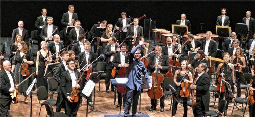 Erfreut nehmen James Hendry und das Festspielorchester den Beifall entgegen. Foto Janka