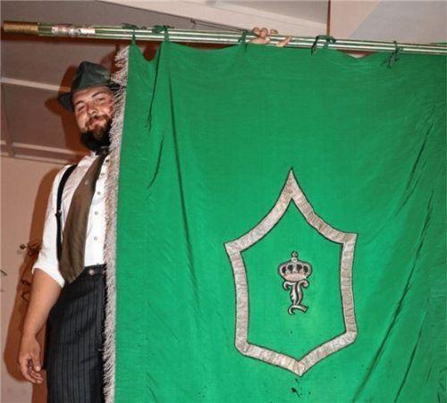 Fähnrich Sebastian Kiesmüller präsentiert die alte Fahne der Königlich privilegierten Feuerschützengesellschaft Aschau von 1607 (FSG Aschau). Foto Rehberg