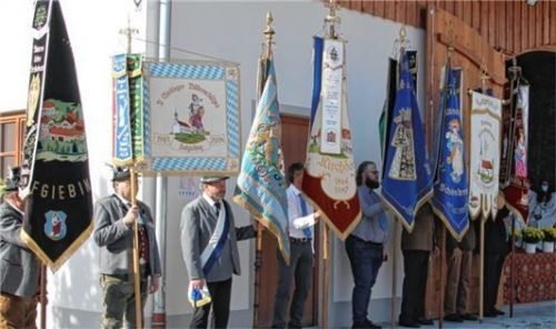 Fahnenabordnungen von Vereinen der umliegenden Orte begleiteten den Festgottesdienst.