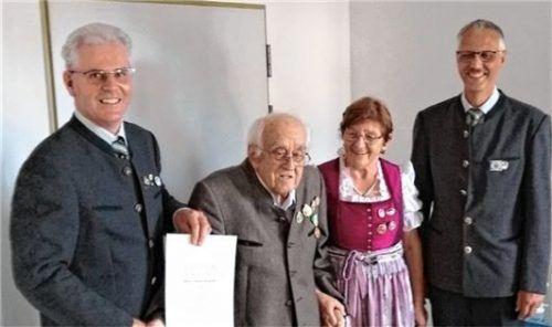 Franz Schmid (links) und Wolf Thoma (rechts) überbringen Thomas Rinberger die seltene Ehrung. Foto Rinberger
