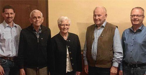 Für ihre treue Mitgliedschaft dankte (von links) Ortsvorsitzender Bernhard Huber unter anderem Hans Späth, Leni Huber und Konrad Söllner, gemeinsam mit dem stellvertretenden Kreisvorsitzenden Robert Otter. Foto Grundner