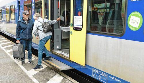 Gefährlicher Ausstieg: Noch bemisst die Höhe zwischen Zugaus- und -einstieg etwa einen halben Meter.Foto Hoffmann