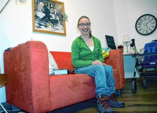 Geräumig, gemütlich, glücklich: mal eine andere 3G-Regel. Christina, eine von elf WG-Bewohnern im Benedetto-Menni-Nest, auf der roten Couch in ihrem Zimmer. Ein Platz in der WG ist noch frei. Foto Simeth/Archiv