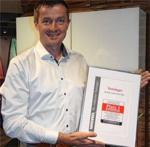 Geschäftsleiter Helmut Greimel freut sich über die Auszeichnung für den Rosenheimer Kundenspiegel.