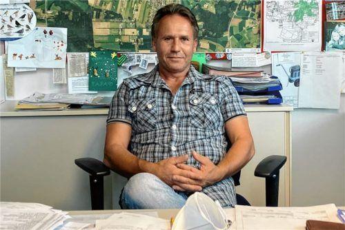 Gezeichnete Bilder seiner Enkel, eine Landkarte und Vogeltafel – Jürgen Halder von der Stadt Kolbermoor vor seiner Bürowand. Dass er die Natur liebt und sich täglich damit beschäftigt, sieht jeder, der den Raum betritt. Foto Trautmann
