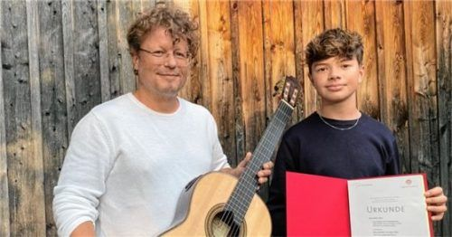 Gitarrenlehrer Thomas Kraus mit seinem erfolgreichenSchüler Benno Panhans. Foto re
