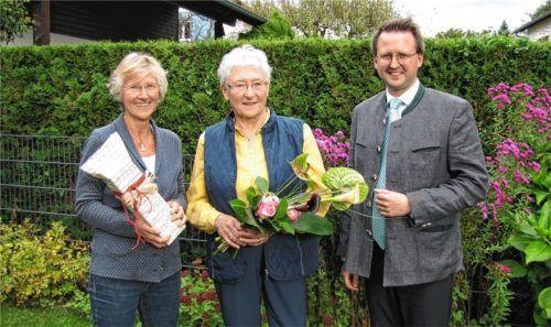 Glückwünsche überbringen Irene Poidinger, Vorsitzende Joseph-Haas-Chor (links), und Bürgermeister Stephan Schlier Marlene Liegl.Foto  hecht