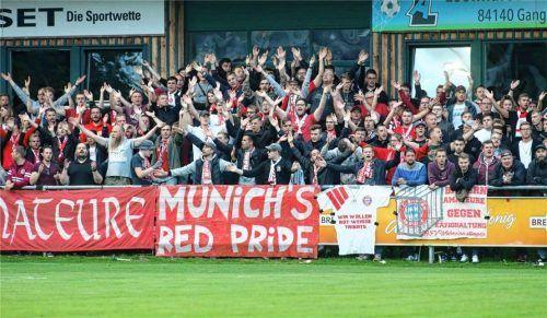 Gut besuchte Tribüne gegen Bayern München II: Im Pokalspiel gegen 1860 München dürften mehr Zuschauer ins Stadion, wenn der TSV Buchbach die 3G-plus-Regel einführen würde. Das will der Verein aber nicht. Auch andere Institutionen, Wirte oder Veranstalter bleiben bei der alten 3G-Regel. Foto  Buchholz