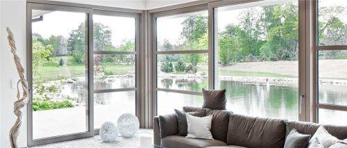 Holz- und Holz-Alufenster bieten hohe Lebensqualität und unterstreichen die Wertigkeit der Immobilie. Foto Remmers/Bundesverband ProHolzfenster.
