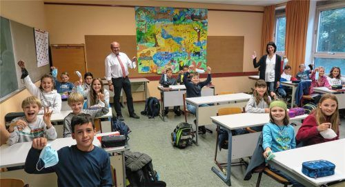 """""""Hurra, die Masken sind weg im Klassenzimmer!"""": Darüber freuen sich nicht nur die Klasse 6a des Aiblinger Gymnasiums, sondern auch SchulleiterMichael Beer und Oberstudienrätin Barbara Pronath. Foto  baumann"""
