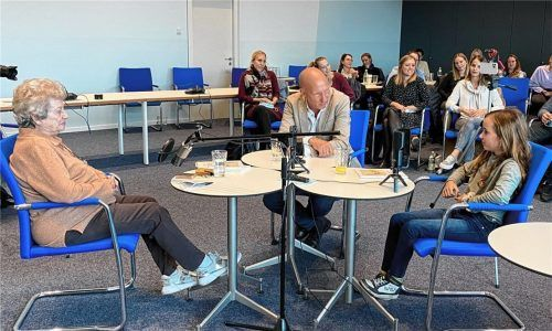 Im Gespräch vor den Lehramtsanwärtern: Holocaust-Überlebende Tamar Dreifuss, Moderator Christoph Lemmer sowie seine Tochter Mila Sgodda.Foto Trautmann