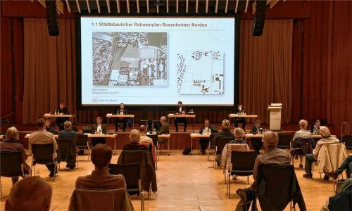 Im Rosenheimer Kultur- und Kongresszentrum verfolgen Bürger die Präsentation von Oberbürgermeister Andreas März über laufende und künftige Projekte der Stadt. Foto Schlecker