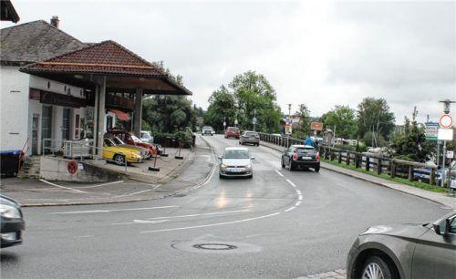 Im Zuge der Sanierung der Alzbrücke in Seebruck soll der Fahrrad- und Fußgängerverkehr künftig auf der Westseite (Foto) und auch auf der Ostseite durch eine Ampel geregelt werden. Foto Rasch