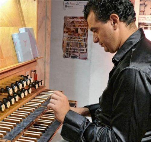 Konzentriert erkundet Paolo Oreni die Klangmöglichkeiten der Albachinger Orgel.Foto  Janka