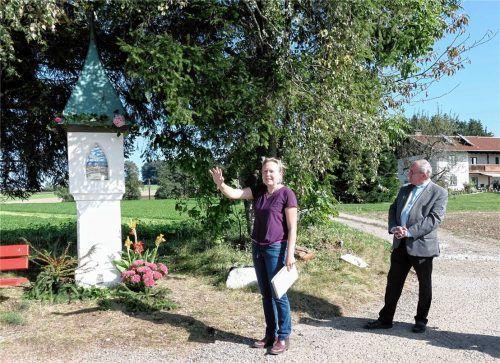 Künstlerin Elvira Schmidt und Pfarrer Josef Reindl am restaurierten Marterl.Foto Auer