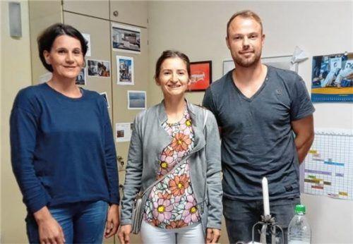 Lisa Holzmaier (links) mit Trainerin Anamaria Budiu und Vize-Abteilungsleiter Robert Buendowski.Foto Weisser