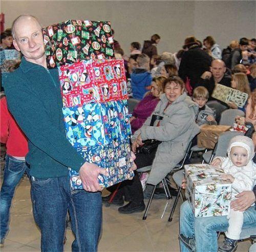 Menschen aus der Ukraine und Moldawien freuen sich über die Lebensmittel, Pflegeprodukte und Spielzeuge. Foto re