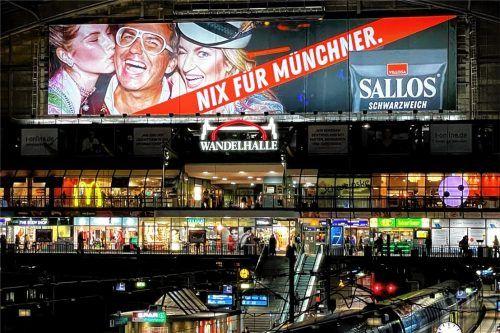 Meterhoch lacht Georg Weiss aus Schechen im Hamburger Hauptbahnhof die Fahrgäste an. Ihm gefällt die Idee, das Nord-Süd-Gefälle beim Lakritzkonsum in eine freche Werbekampagne zu packen. Foto Antoni Jellyhouse