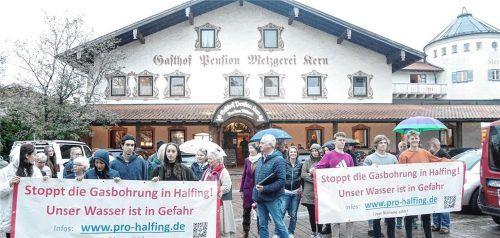 Mit einer Mahnwache in der Ortsmitte bekundeten die Mitglieder der Bürgerinitiative Pro Halfing ihren Unmut über die geplante Wiederinbetriebnahme des Erdgasfeldes in Irlach. Foto Kirchner