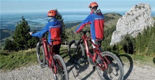Mit geländetauglichen E-Bikes fährt die Bergwacht Wasserburg seit Kurzem zum Einsatzort.Foto re