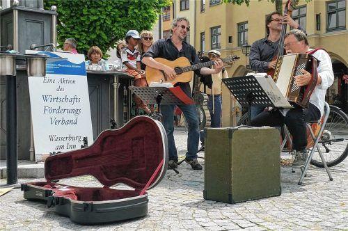 Musik liegt in der Luft – hier beim Auftritt von Ben Leinenbach und dem Trio Mio beim musikalischen Samstag in der Stadt. 2022 soll es sogar ein Musikfestival geben. Foto Rieger