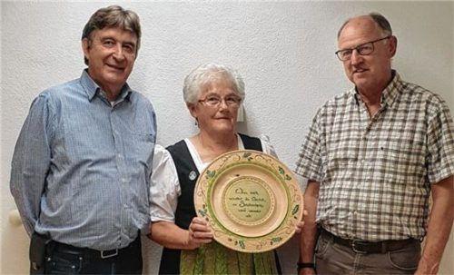 Nach dem Ausschießen der Scheibe: Schützenmeister Christian Mayer (links), Ehrenschützenmeisterin Maria Bauer-Naundorf und Gewinner Georg Stürzlhamer senior. Foto Re