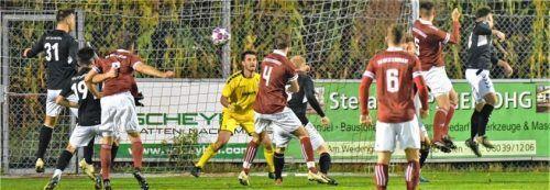 Nach einem Eckball verpasste Westerndorf durch Michael Jackl (Nummer 5) eine Chance. Sein Kopfball ging knapp am linken Pfosten vorbei.Foto Hans-Jürgen Ziegler