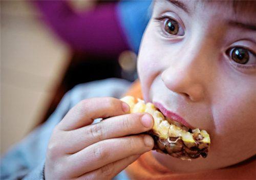 Obst statt Keks:  Möglichst saisonal, regional und bio – so stellen sich die Grünen die Ernährung von Kindern in Schule, Hort und Kindergarten vor. Sie stellten im Gemeinderat einen Antrag – und scheiterten. Foto dpa